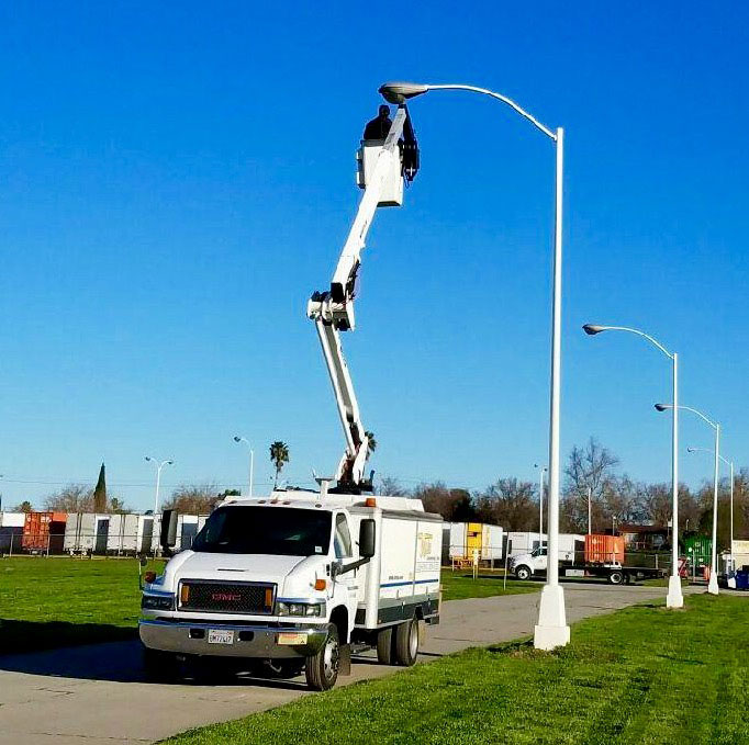 web-pic-59-bucket-truck-and-light-pole